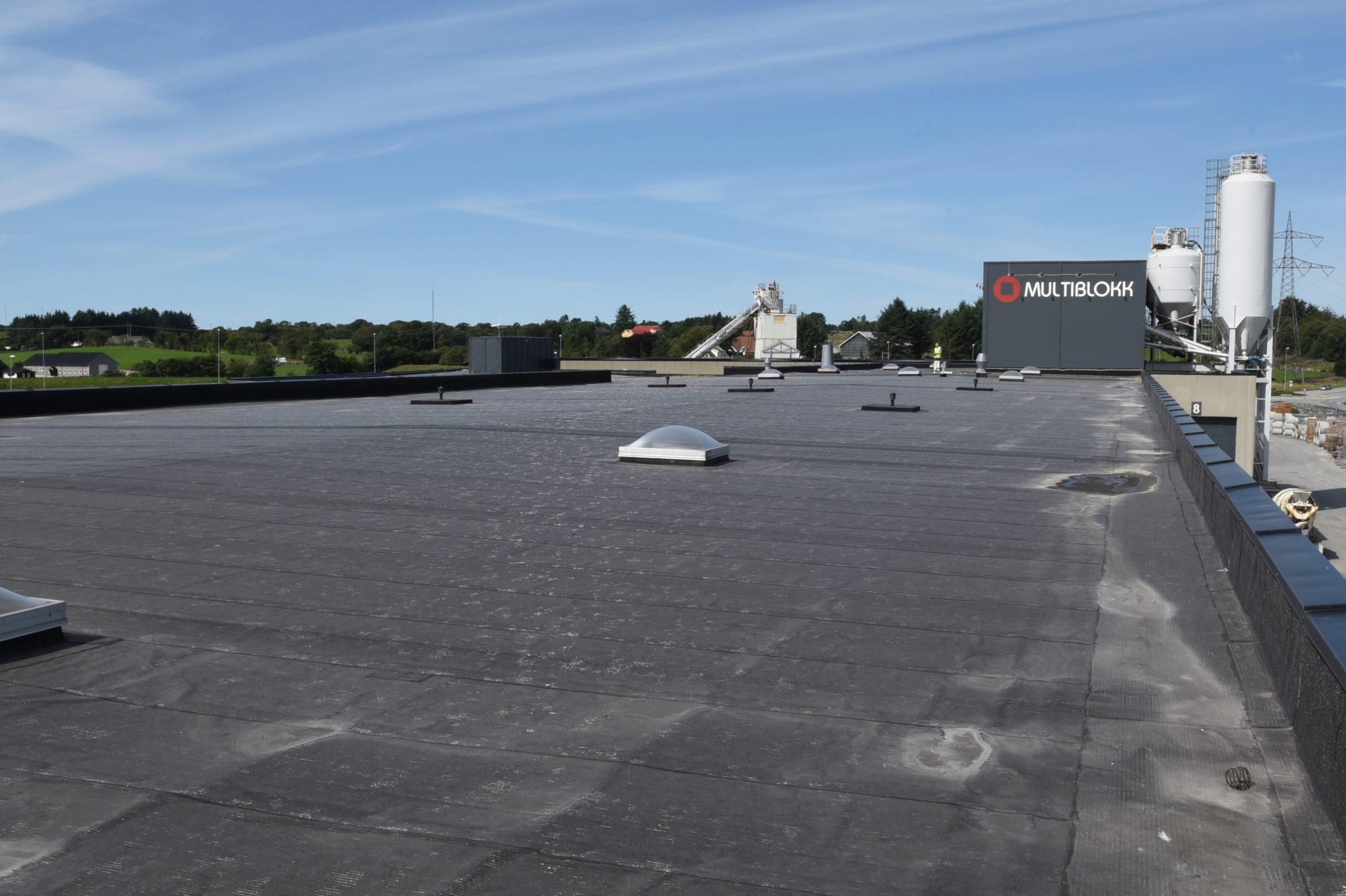 Fremfor å lede nedbøren fra taket til et kommunalt overvannsnett, eller til fordrøying i grunnen, benyttes regnvannet fra fabrikktaket i betongvareproduksjon.